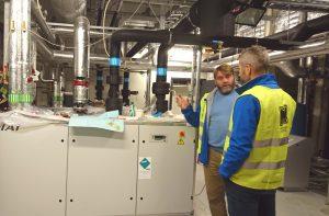 Driftssjef Knut Fosnæs forklarer hvordan varmepumpene fungerer