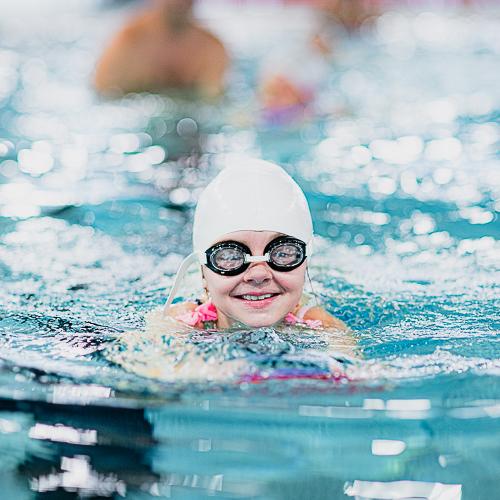 Jente som svømmer på Røykenbadet